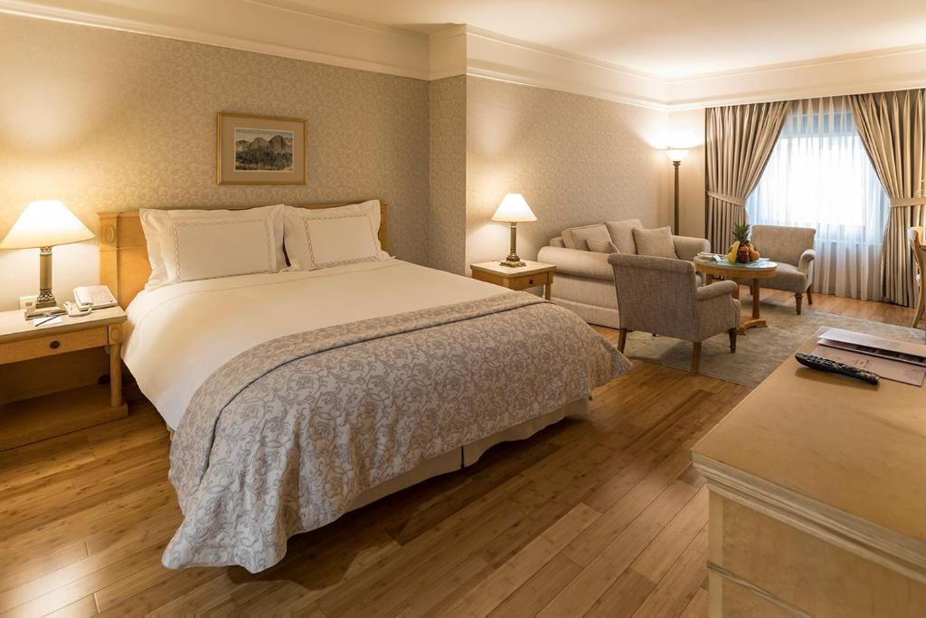 سرير أو أسرّة في غرفة في فندق زورلو غراند ترابزون