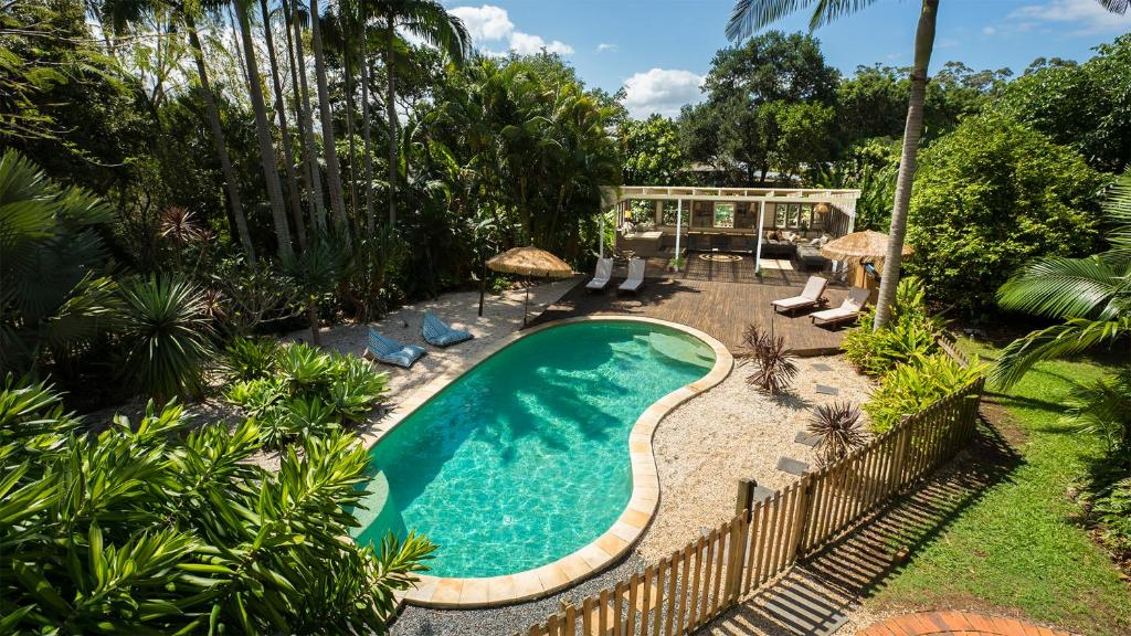A view of the pool at Treehouse On Plantation or nearby