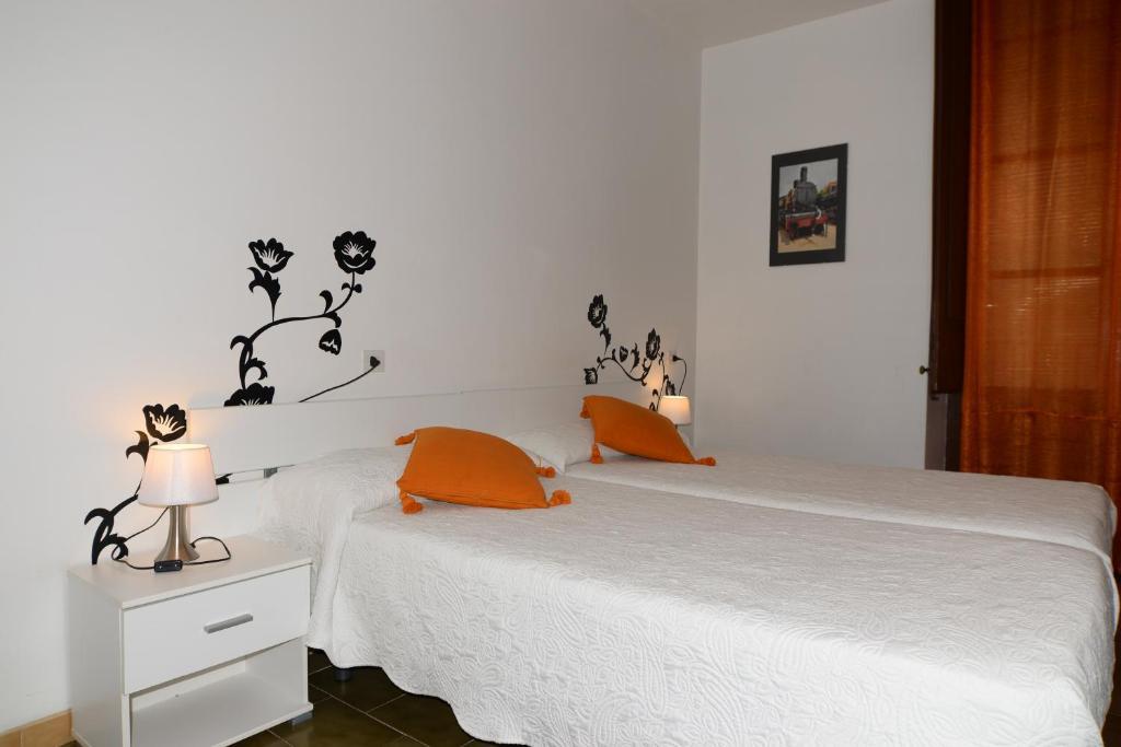 Łóżko lub łóżka w pokoju w obiekcie Pensión Borrás