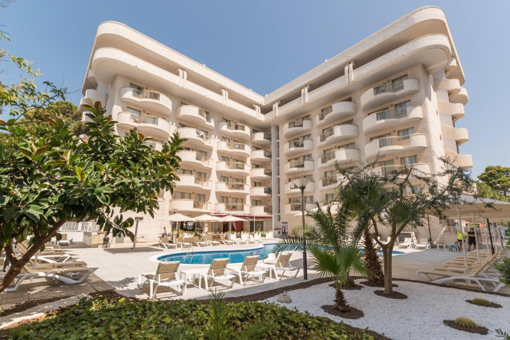 Бассейн в Hotel Salou Beach by Pierre & Vacances или поблизости