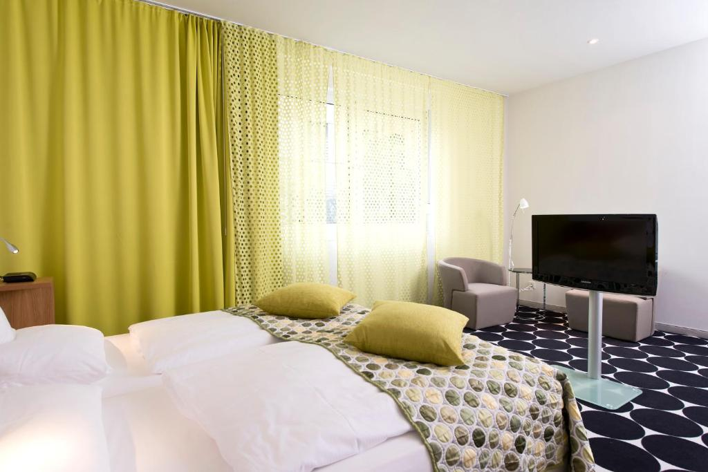 A bed or beds in a room at Tryp by Wyndham Frankfurt