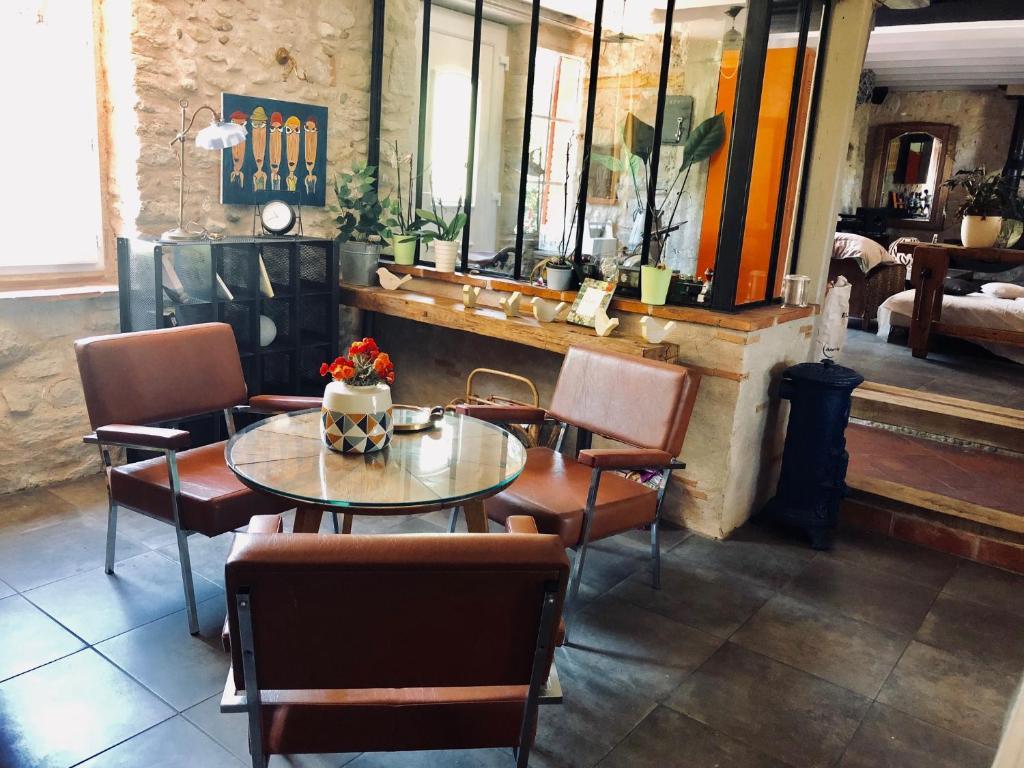 Restaurant ou autre lieu de restauration dans l'établissement Les Treillettes