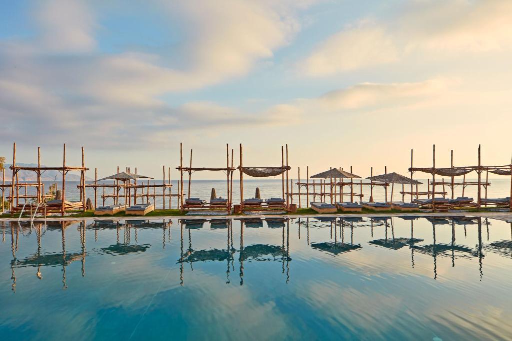 La Mer Resort & Spa - Adults Only tesisinde veya buraya yakın yüzme havuzu
