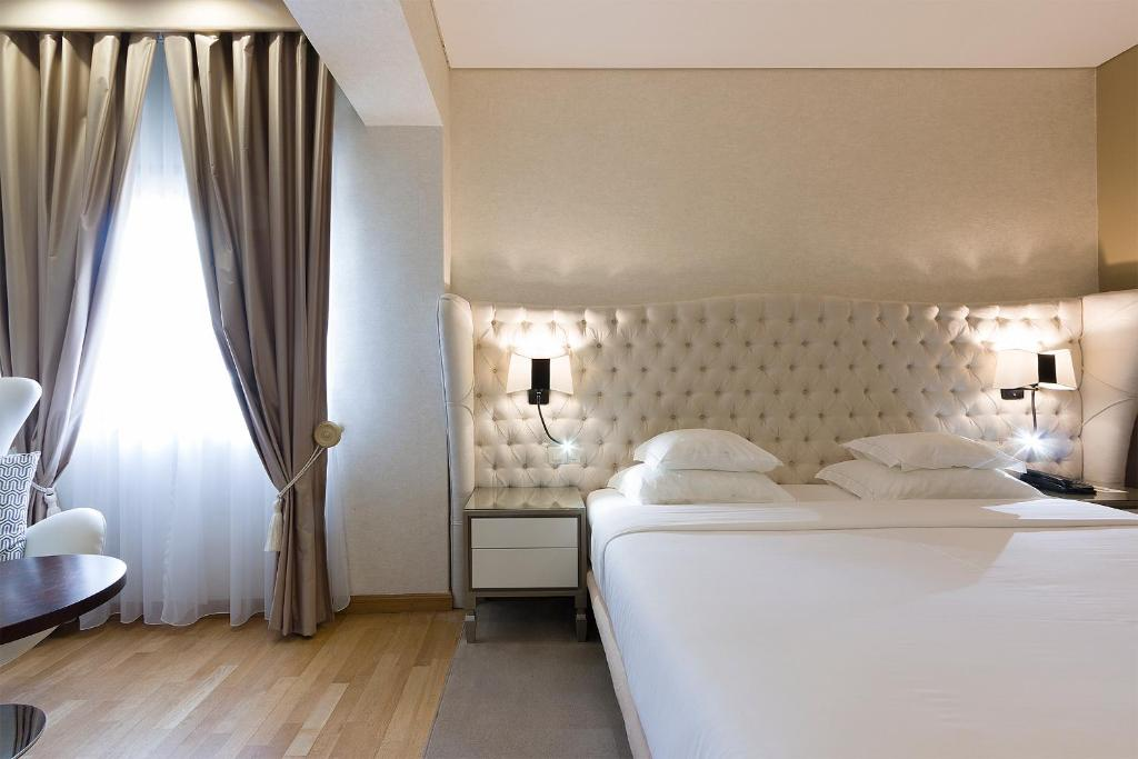 A bed or beds in a room at Hotel Meira