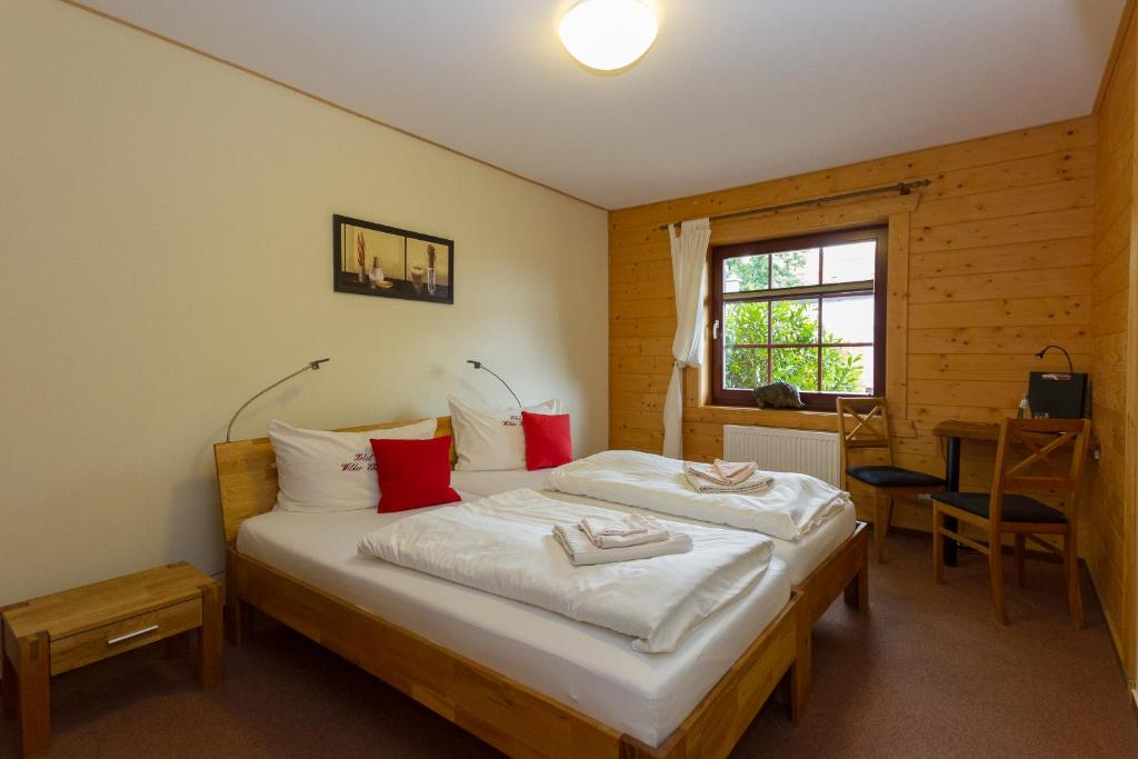 Ein Bett oder Betten in einem Zimmer der Unterkunft Hotel & Restaurant Wilder Eber