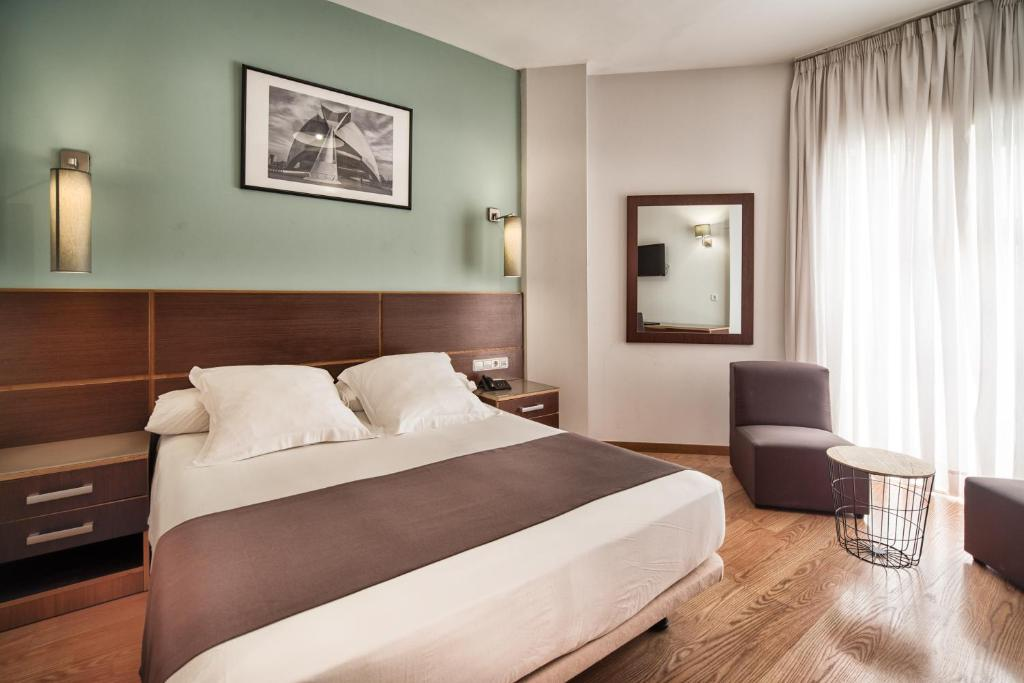 A bed or beds in a room at Plaza Alaquas