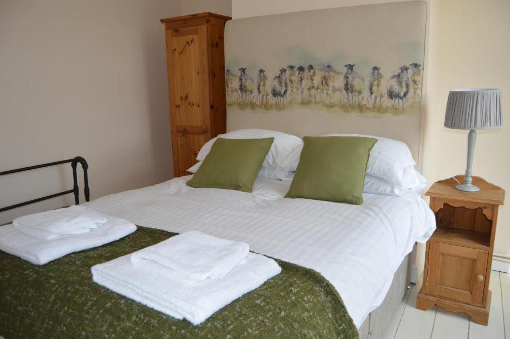 A bed or beds in a room at Osprey Cottage