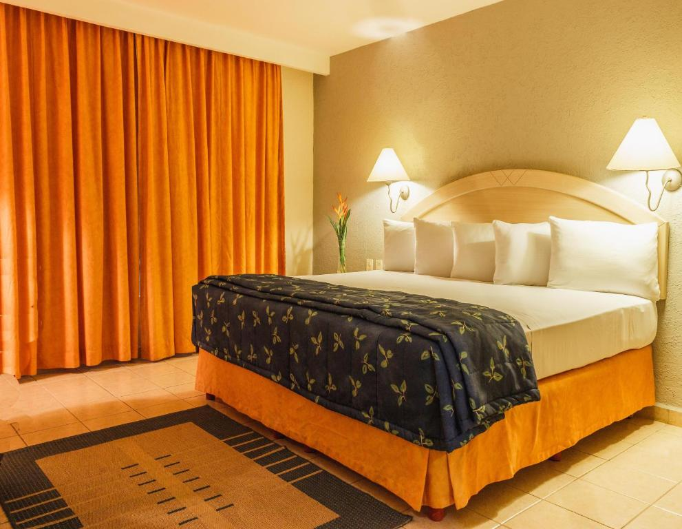 A bed or beds in a room at Plaza Inn Express