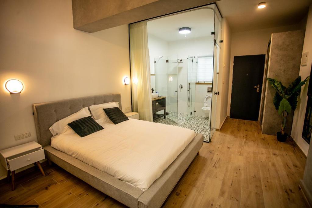 Ein Bett oder Betten in einem Zimmer der Unterkunft Eshel Mansion - Boutique Suites