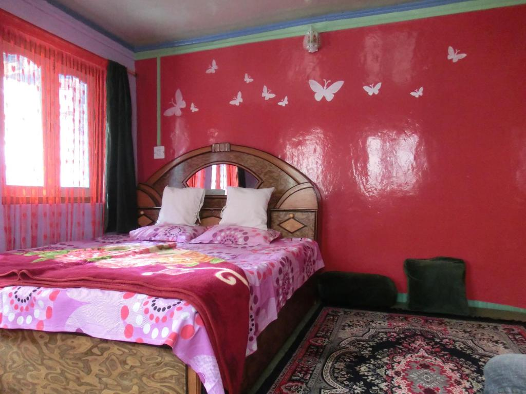 A bed or beds in a room at Homestay Hari Parbat