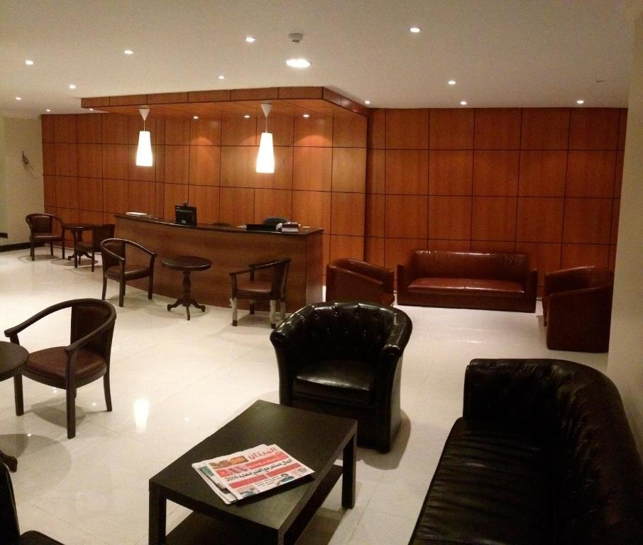 The lounge or bar area at Lamar Suites Hotel