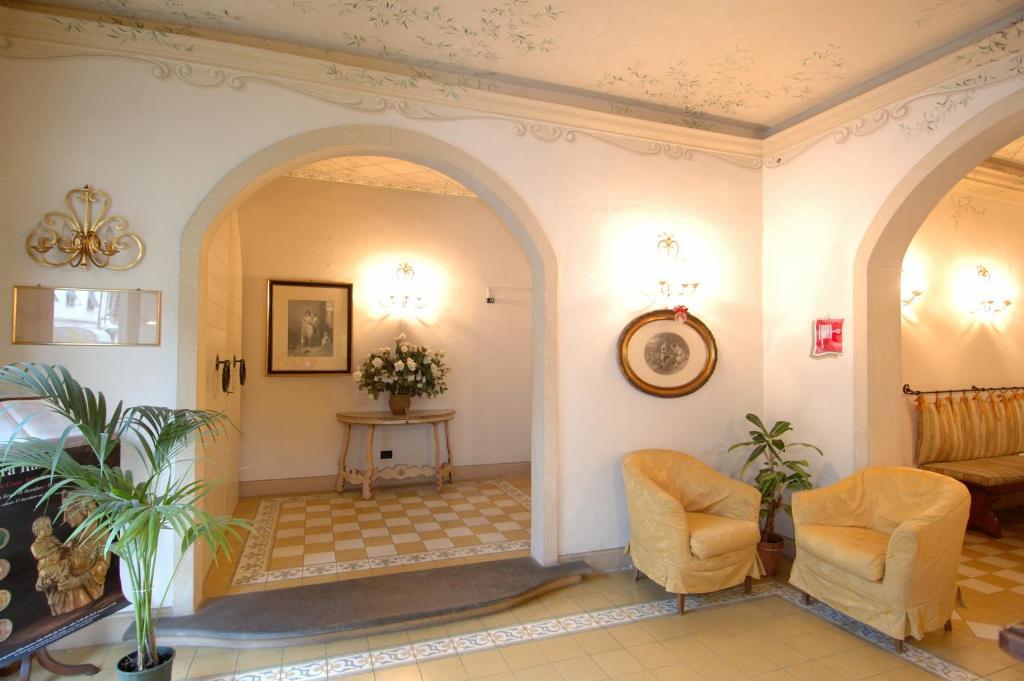 De lobby of receptie bij Hotel Moderno