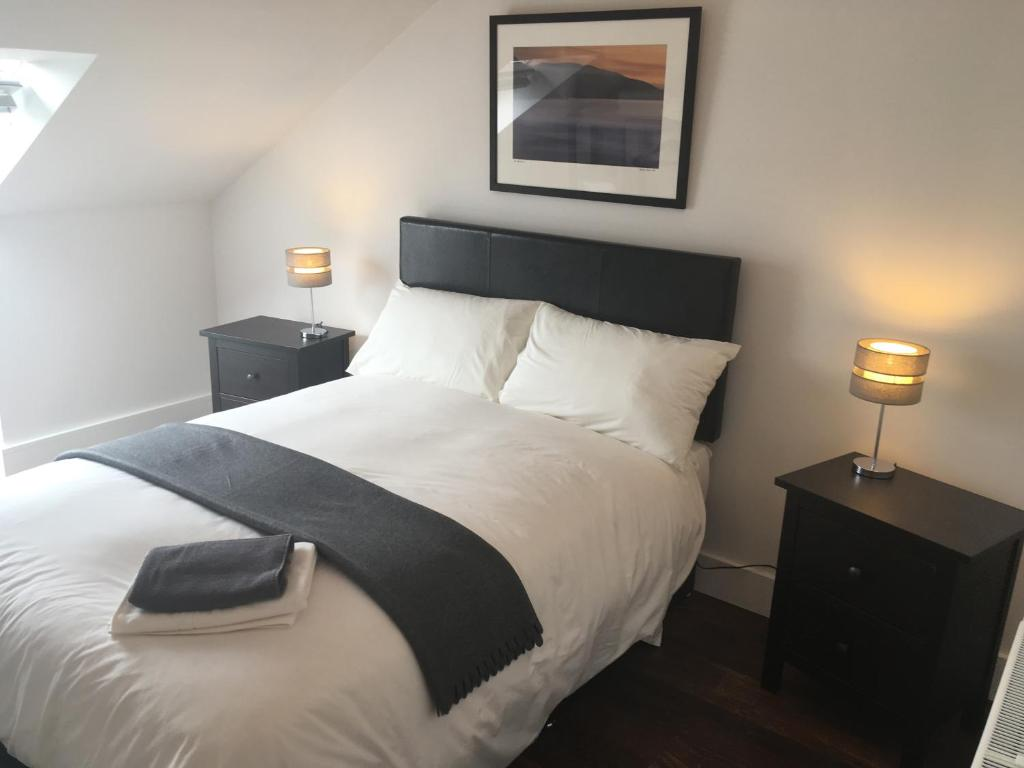 A bed or beds in a room at Hidden Gem Apt of Dingle Town - FREE Parking