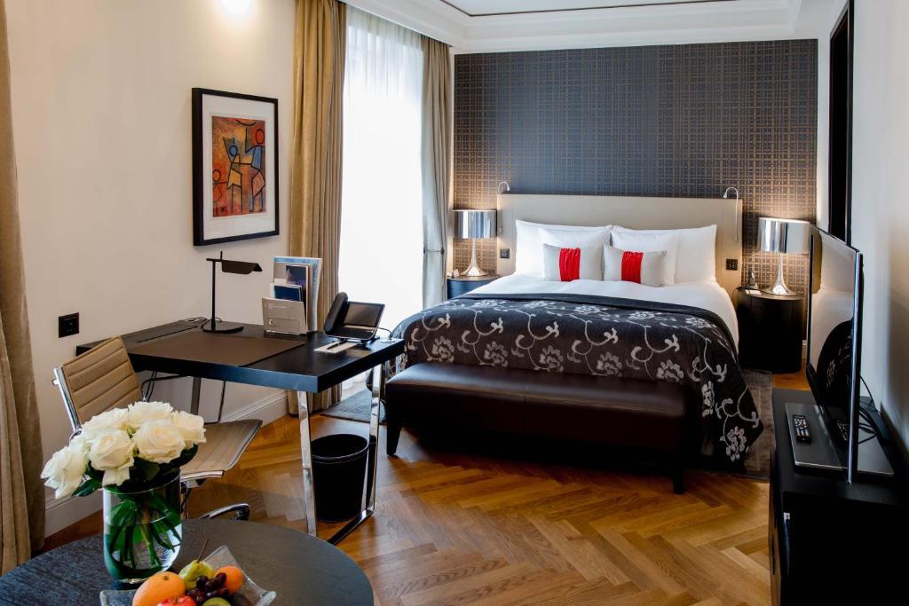 سرير أو أسرّة في غرفة في فندق شفايزرهوف بيرن أند ذا سبا