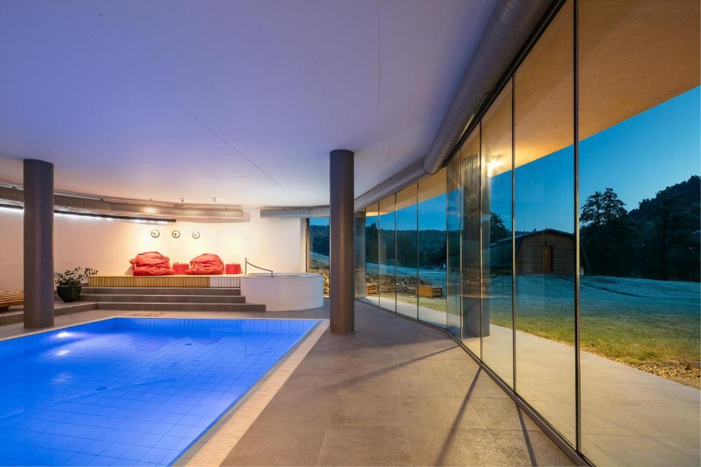 Bazén v ubytování Hotel Ostrov nebo v jeho okolí