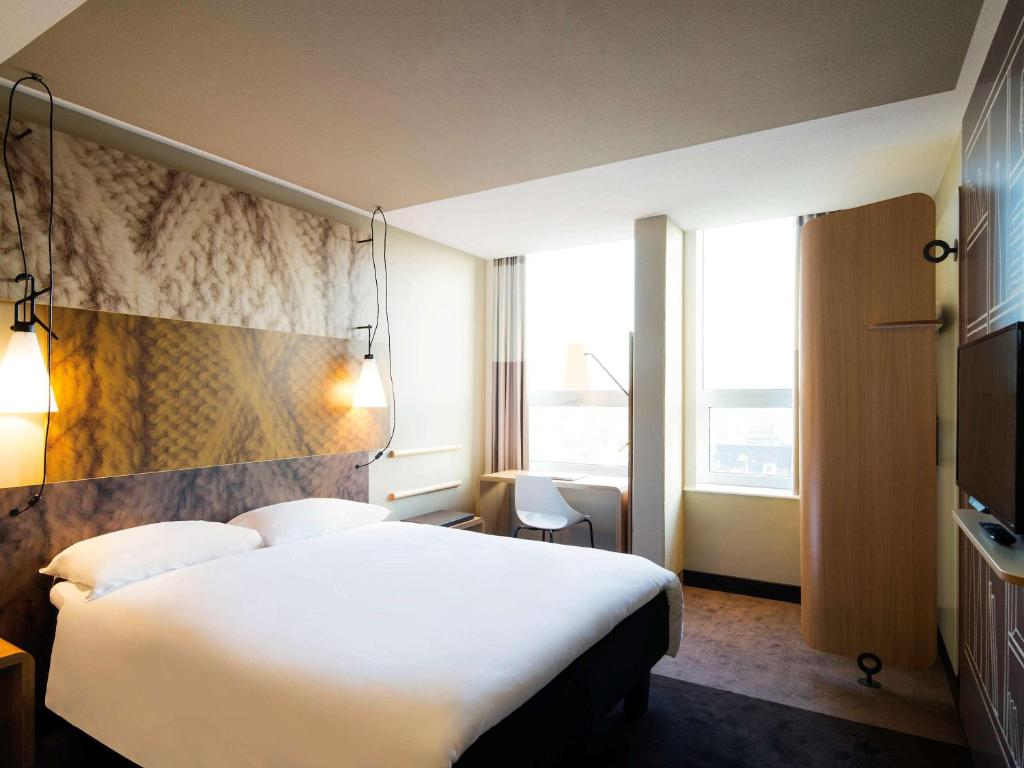 A bed or beds in a room at Ibis Den Haag City Centre