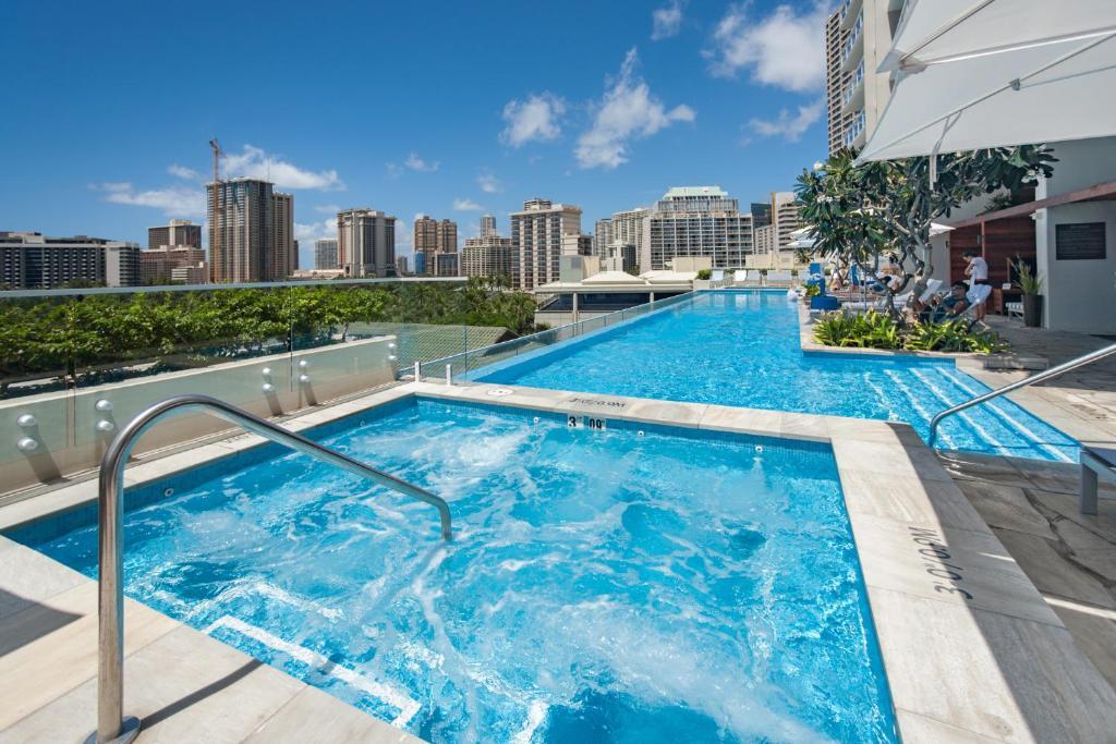 Swimming pool sa o malapit sa Real Select Vacations at The Ritz-Carlton Residences, Waikiki Beach