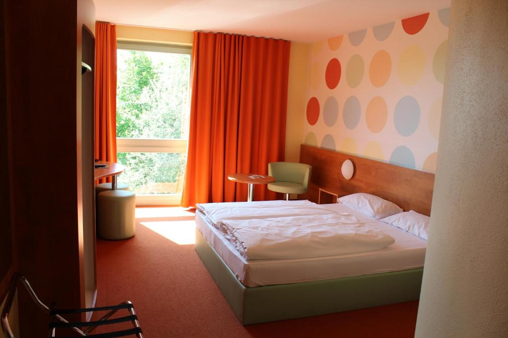 A bed or beds in a room at Hotel Holledau