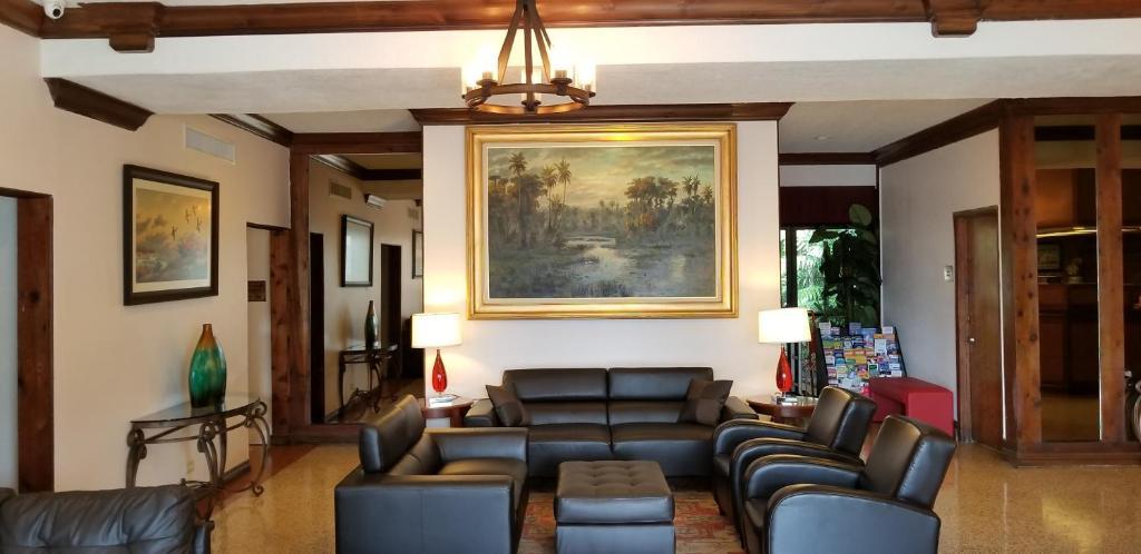 O saguão ou recepção de Runway Inn Miami