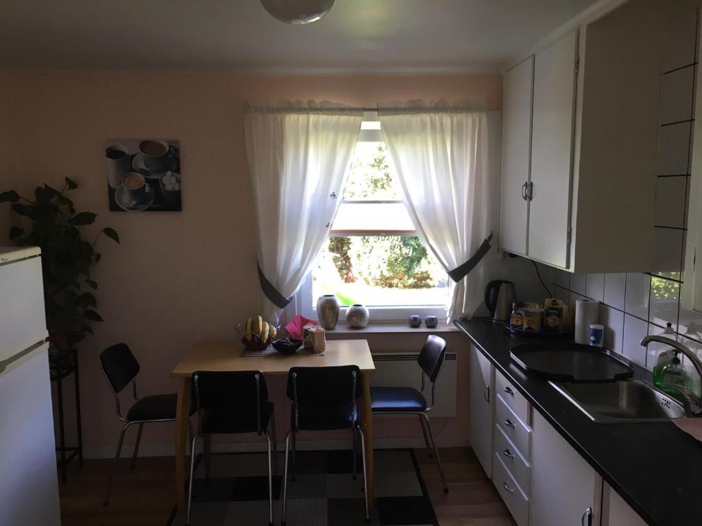 A kitchen or kitchenette at Koselig to roms leilighet