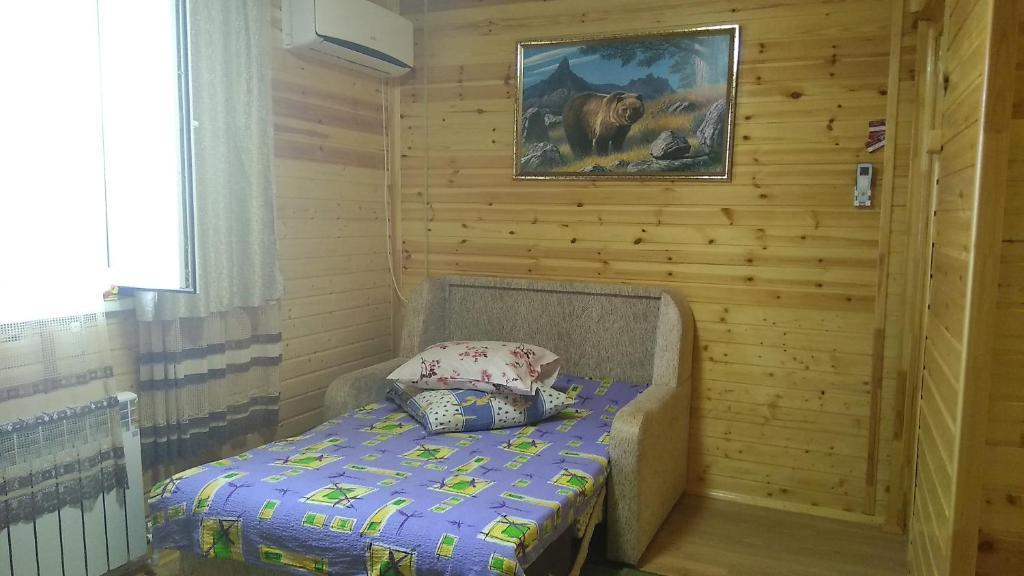 """Кровать или кровати в номере Гостевой дом """"Дубовочка"""""""