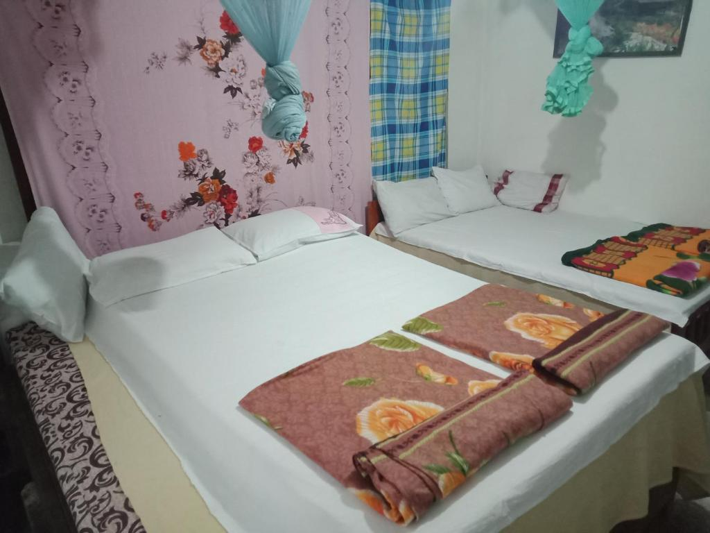 A bed or beds in a room at Damsen Homestay Ella