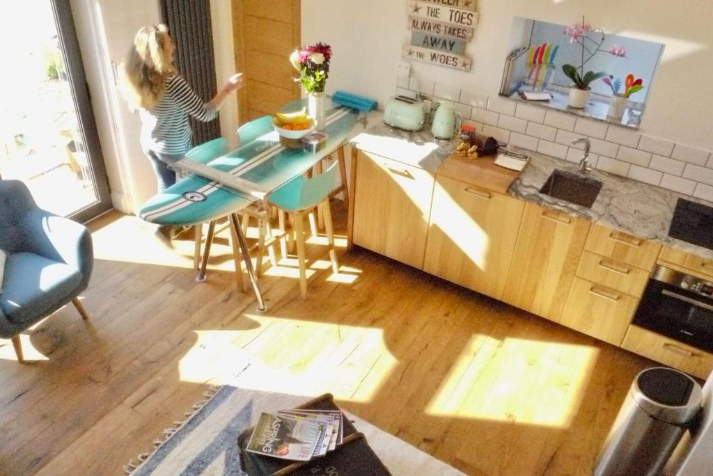 A kitchen or kitchenette at DevonAir Holiday Home