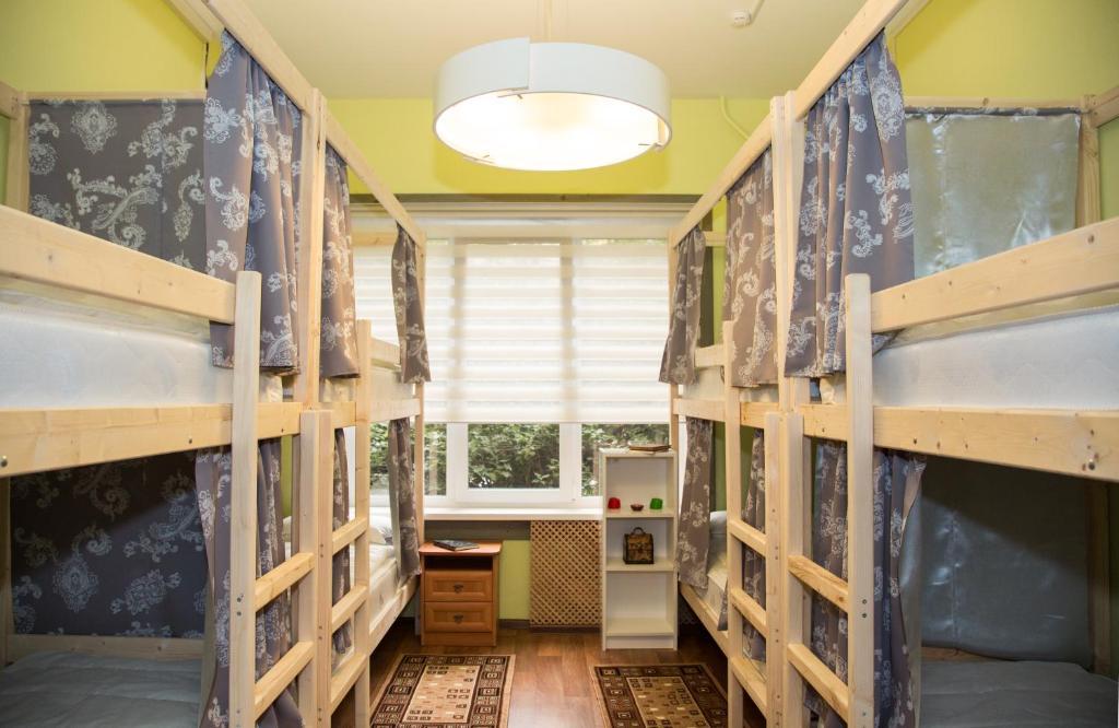 Двухъярусная кровать или двухъярусные кровати в номере Хостелы Рус - Парк Победы
