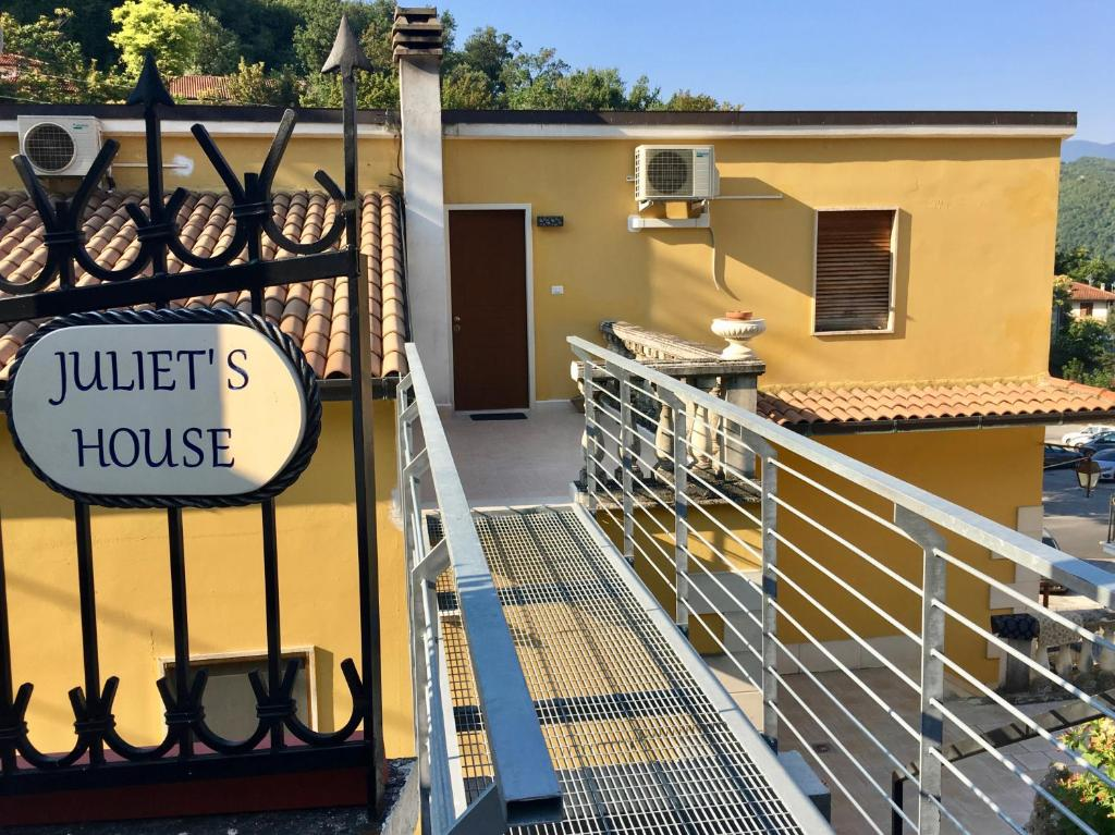 Armadi Per Mansarde Basse apartment juliet's house, lettomanoppello, italy - booking