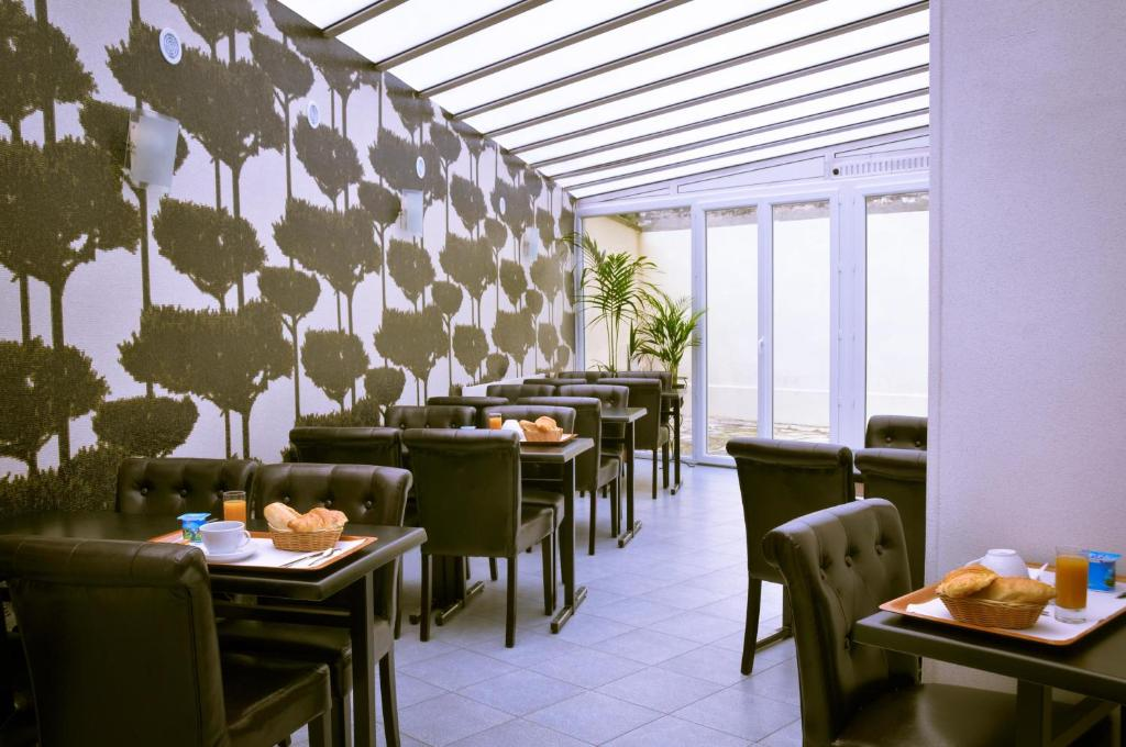 A restaurant or other place to eat at Hipotel Lilas Gambetta