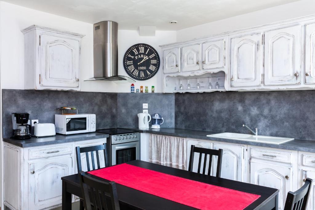 Cuisine ou kitchenette dans l'établissement Maison de village Salency