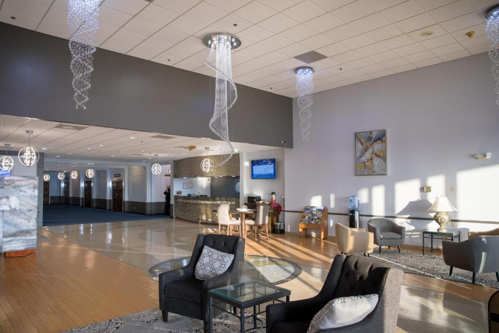 A restaurant or other place to eat at Ramada by Wyndham Cedar Rapids
