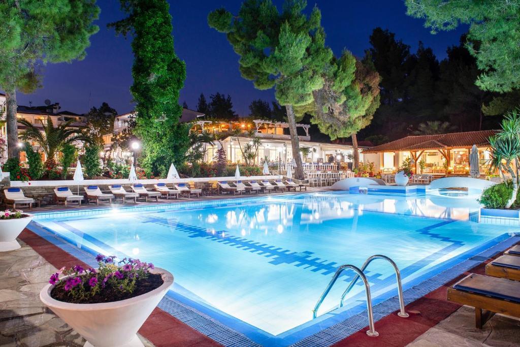 Бассейн в Porfi Beach Hotel или поблизости