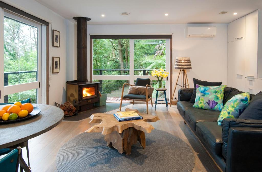 A seating area at Misty Woods Retreat Olinda