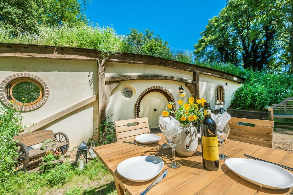 A restaurant or other place to eat at Pod Hollow: Hobbit Home