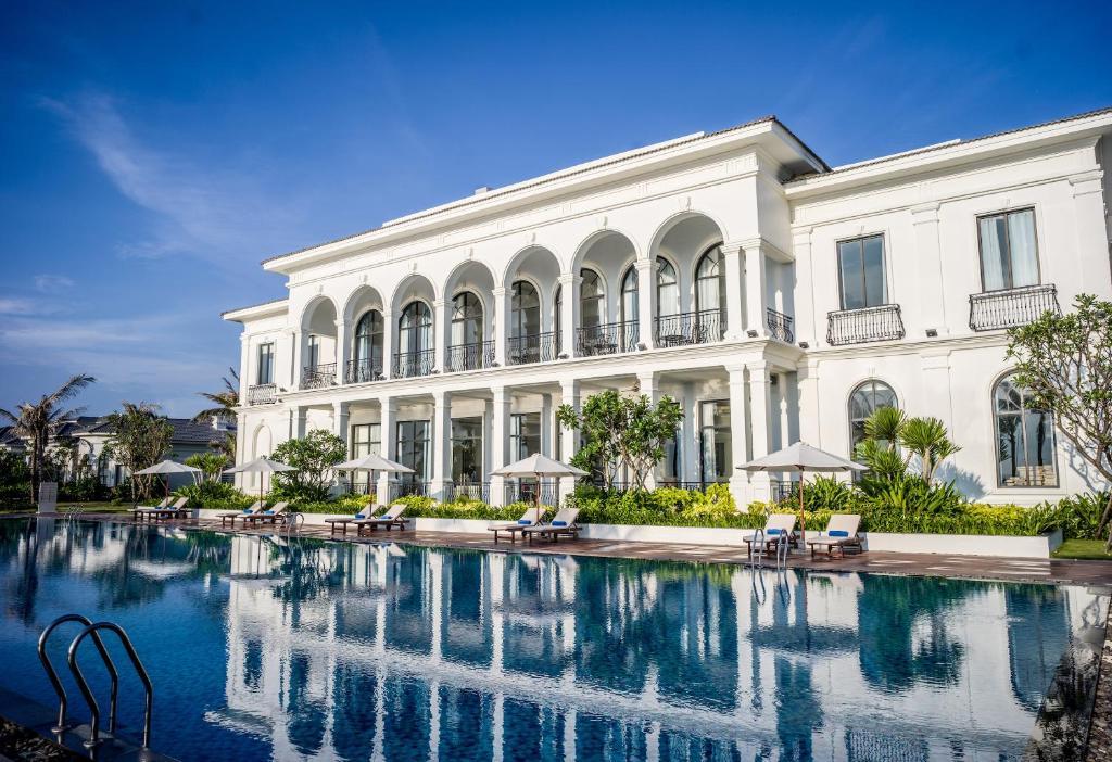The swimming pool at or close to Vinpearl Resort & Spa Long Beach Nha Trang