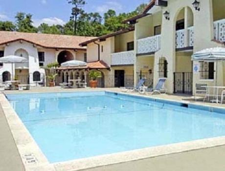 The swimming pool at or close to La Casa Inn and Suites
