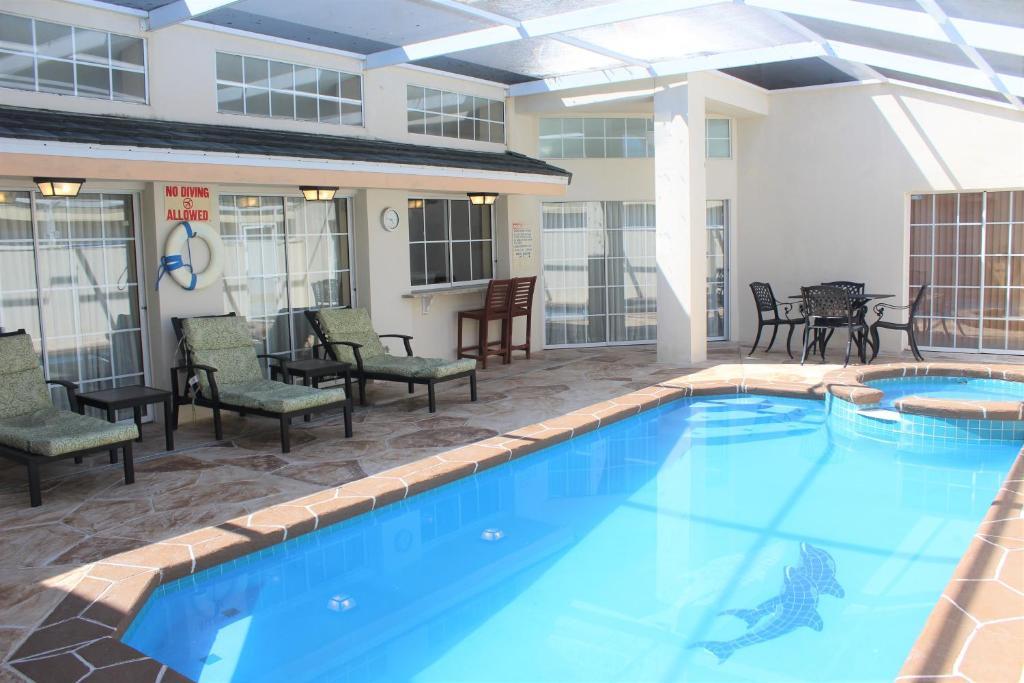The swimming pool at or close to Crayson Villa LF811