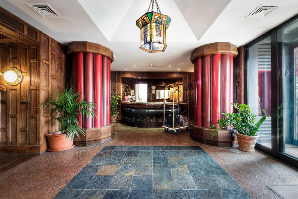 The lobby or reception area at Hotel Colony
