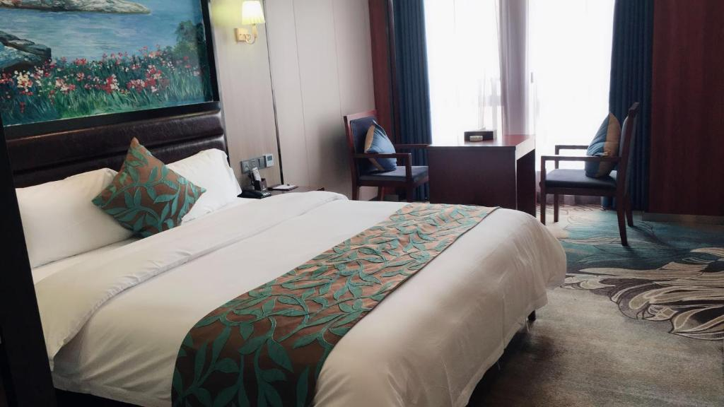A bed or beds in a room at Jiu Zhi Du Hotel