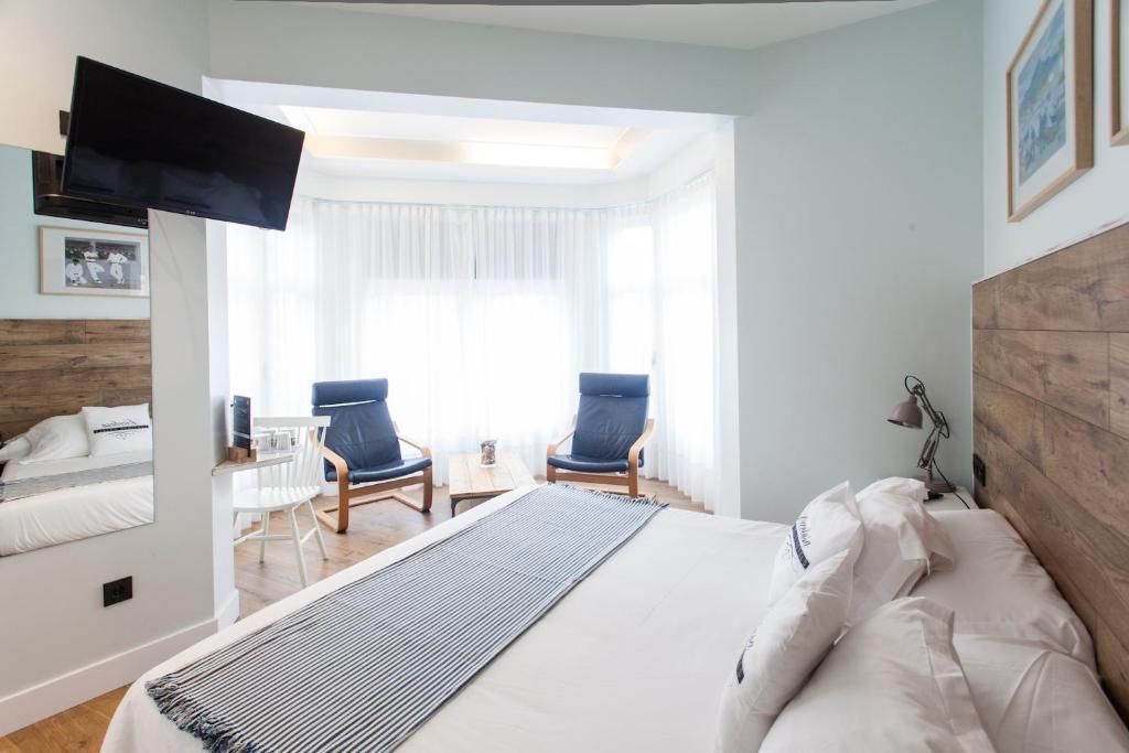 A bed or beds in a room at Pensión Aldamar