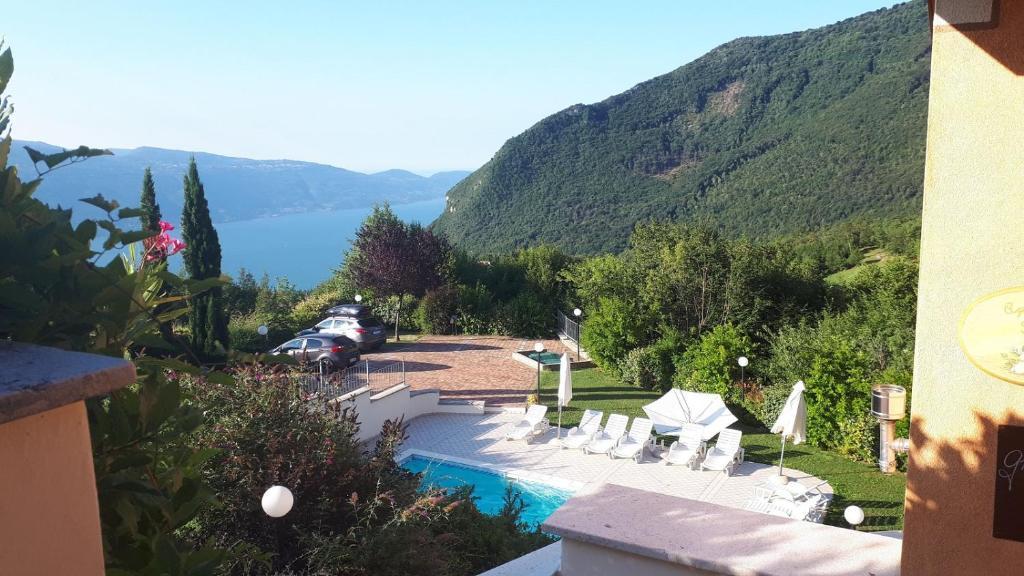 Vista sulla piscina di Residence La Sorgente o su una piscina nei dintorni