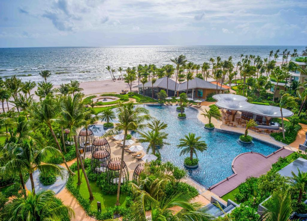 Вид на бассейн в InterContinental Phu Quoc Long Beach Resort или окрестностях