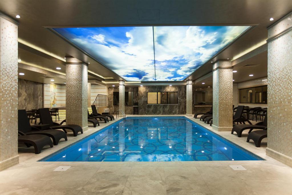 Бассейн в Miss Istanbul Hotel & Spa или поблизости