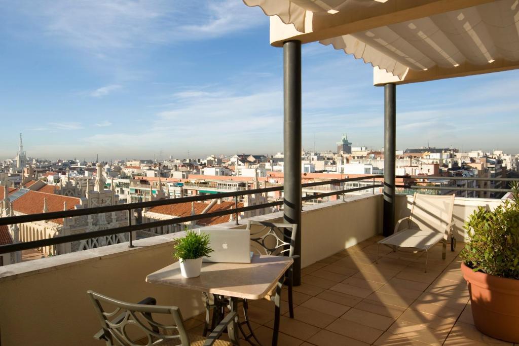 A balcony or terrace at Aparthotel Ramon de la Cruz 41