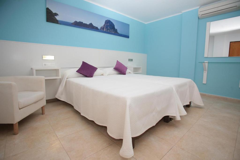 A bed or beds in a room at Hostal Costa Blanca
