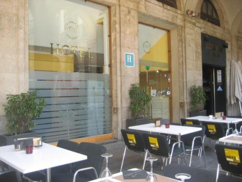 Ein Restaurant oder anderes Speiselokal in der Unterkunft Roma Reial