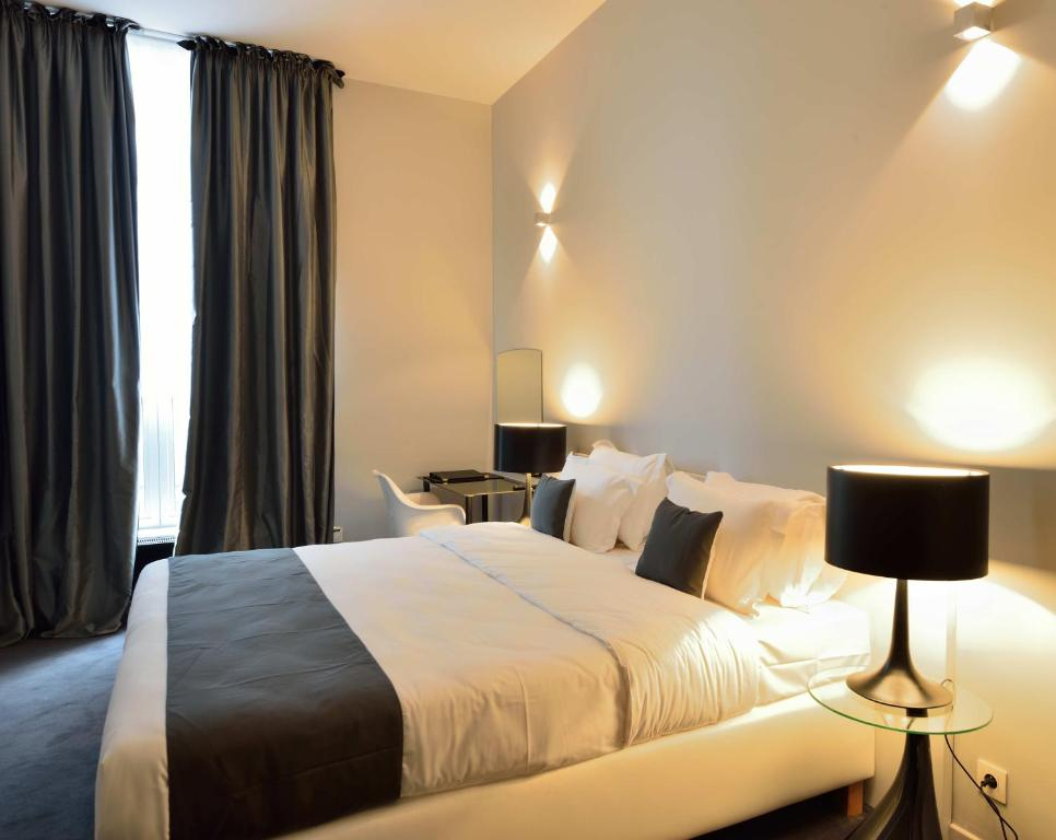 سرير أو أسرّة في غرفة في فندق ريترو