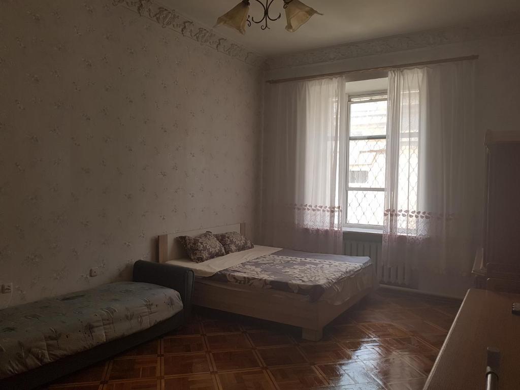 Кровать или кровати в номере Уютные Комнаты В Центре