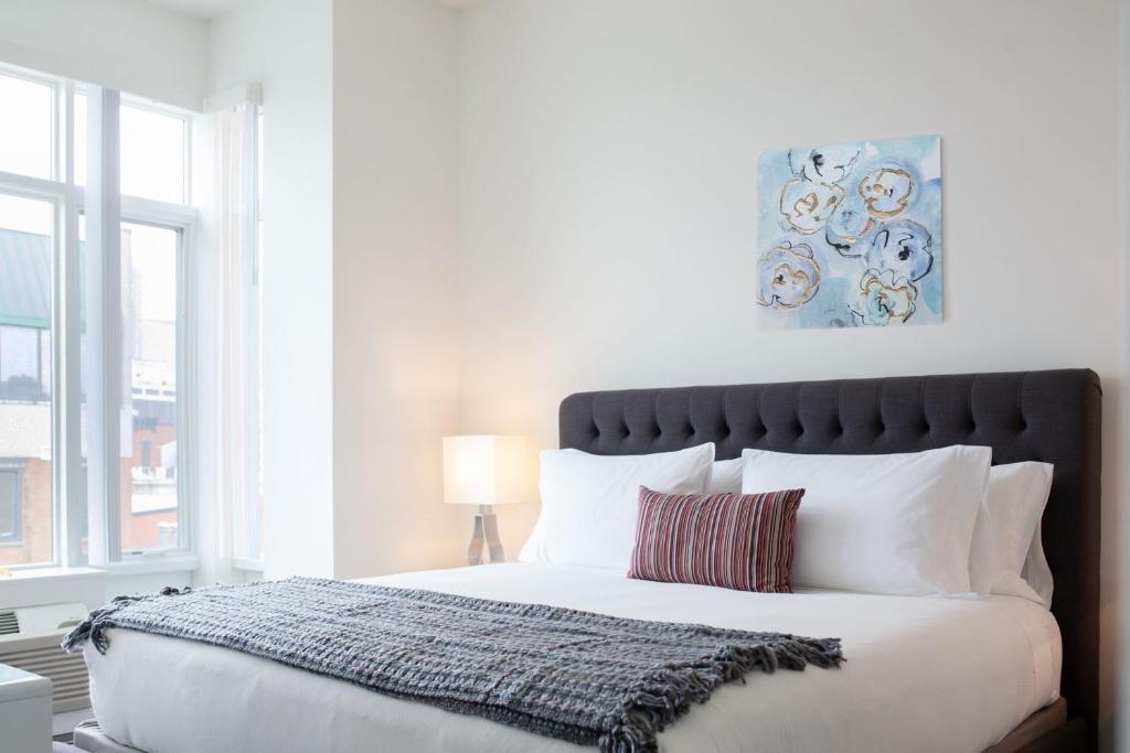 Uma cama ou camas num quarto em Dharma Home Suites JC at Grove Station